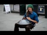 Необычный барабан уличного музыканта
