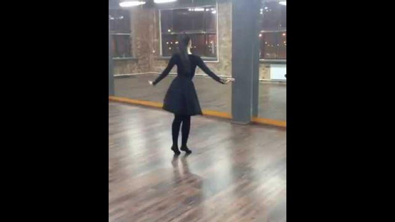 Девушка красиво танцует лезгинку!