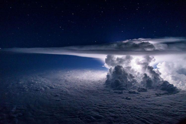 Как выглядит молния из кабины самолета