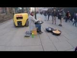 Осло. Уличный музыкант играет на железяке