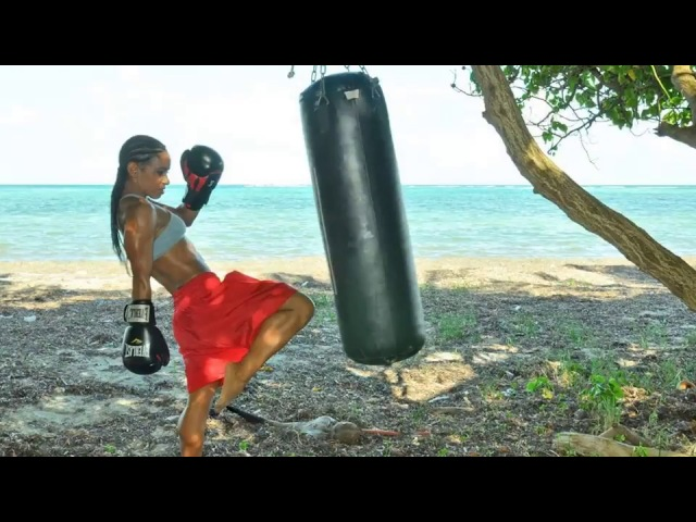 FEMALE BOXERS FLEXING MUSCLES