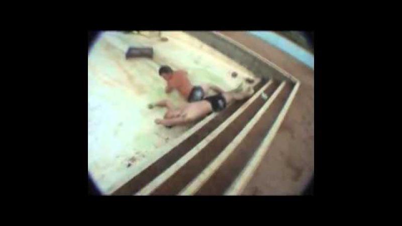 два идиота решили прыгнуть в пустой бассейн