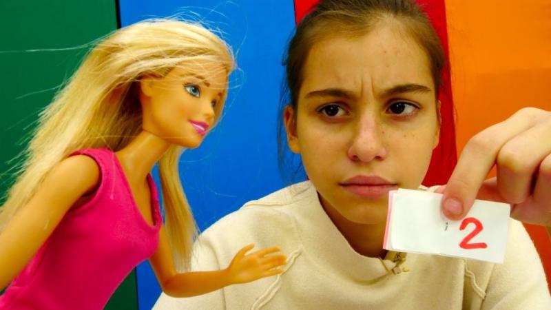 Видео для девочек: Барби получила ДВОЙКУ и спрятала ДНЕВНИК! Игры Барби. Видео про кукол