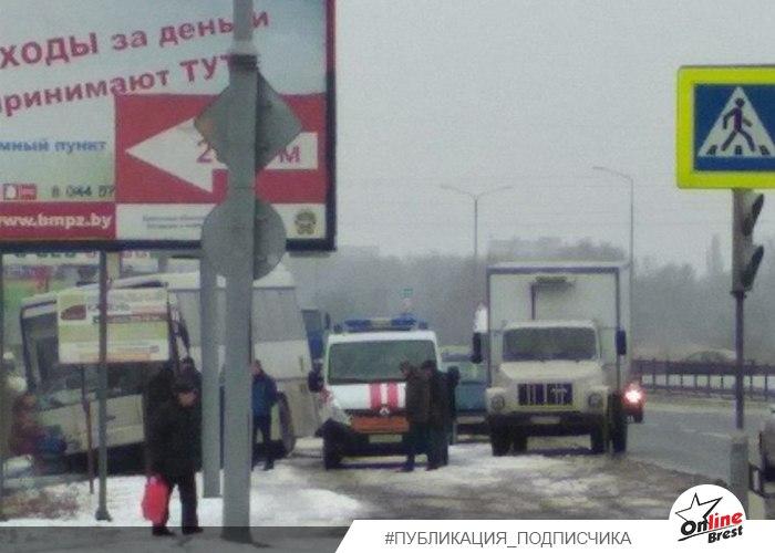 На Радужной напротив Евроопта автобус съехал в кювет и снёс осветительную опору