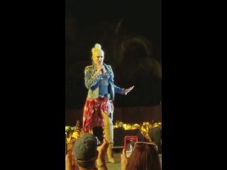 Gwen stefani - hollaback girl live @ crash my playa (2018)