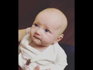 Глухая девочка впервые слышит маму!