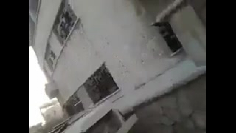 Танкист САА показывает результат попадания ракеты ПТРК в его 72-ку. Айн Терма, Восточная гута