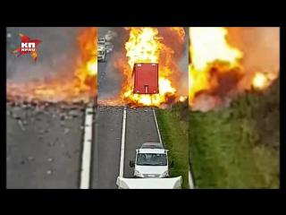 Фура с пробитым колесом устроила затяжной фейерверк на трассе в Британии
