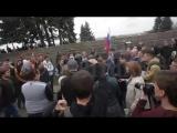 Полиция изучает видео нападения на сотрудника в Петербурге -