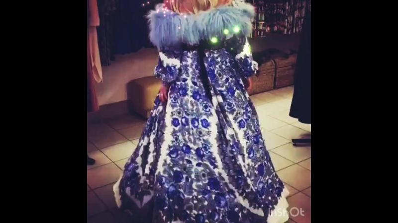 Платье с открытыми плечами Отделка мехом Платье из русских платков