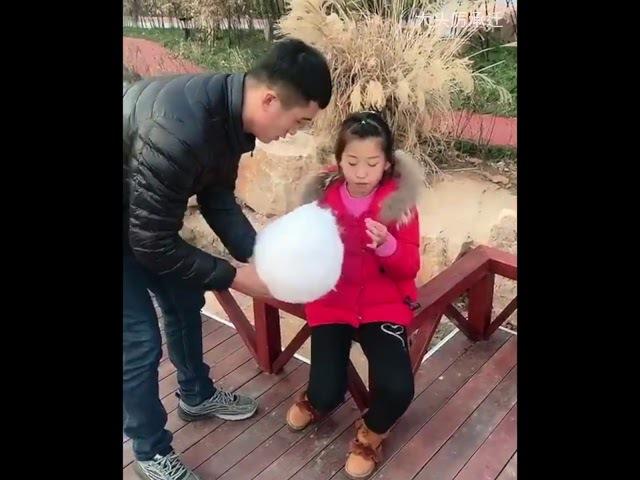 Брат шутник постоянно прикалывается над младшей сестрой