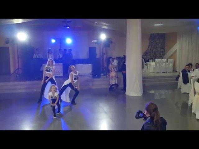 Танец наверно потамучто Танцует маленькая девочка и две девушки