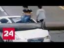В Китае мужчина чудом выжил после падения строительного крана на его машину - Ро ...
