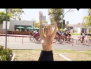 Девушка показывает свои сиськи участникам веломарафона/The girl shows her tits to the participants of the cycling marathon