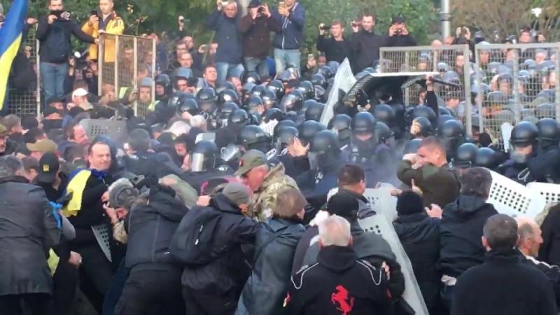 Спецпризначенці напали на табір мітингувальників під Парламентом.