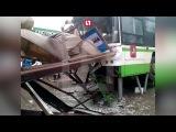 Опубликовано видео с места наезда автобуса на остановку с пассажирами в Москве -...