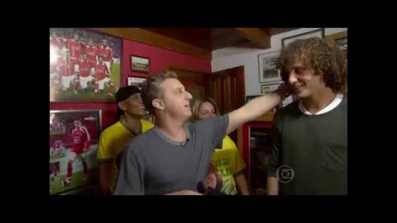 Luciano Huck visita a casa de David Luiz
