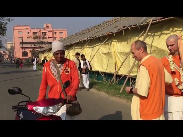 Бхакти Ананта Кришна на скутере