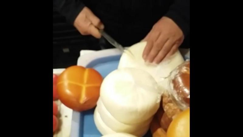 В конце вечерней прогулки по Тбилиси Миранда помогла выбрать для нас грузинский сыр Сулугуни