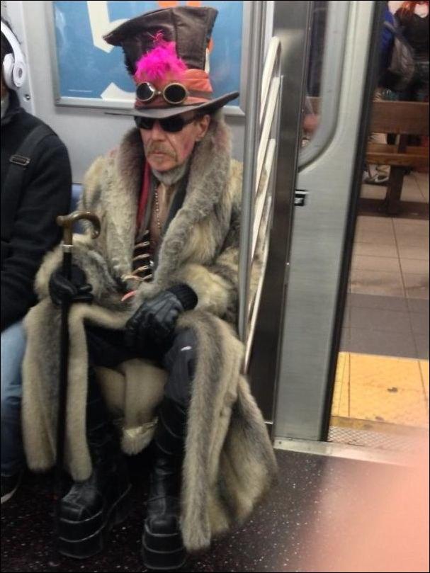 Общественный транспорт и его странные пассажиры. (25фото)