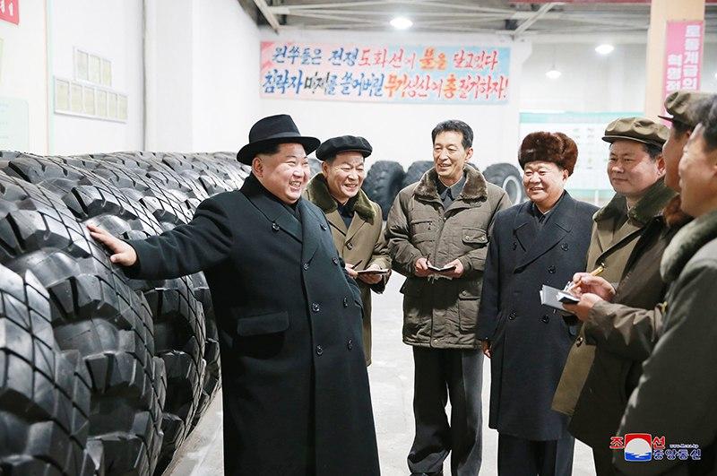 Ким Чен Ын руководил на месте делами Амнокганского шинного завода. ВИДЕО