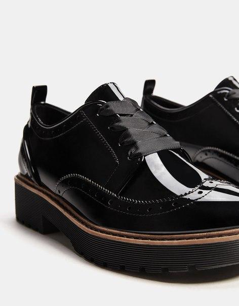 Лакированные туфли-блюхеры с перфорацией