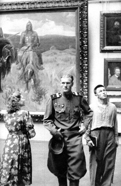 Анри Картье-Брессон. В Третьяковской галерее, Москва, 1954 год.