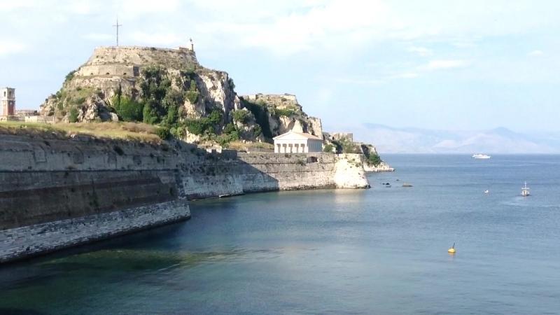 2016 Керкира, Корфу. Крепость с видом на катамаран Дукат
