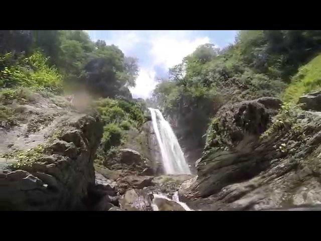 Видео-обзор водопада 40м. Эту воду можно пить! она лучшая. В сыроедческом походе по Грузии