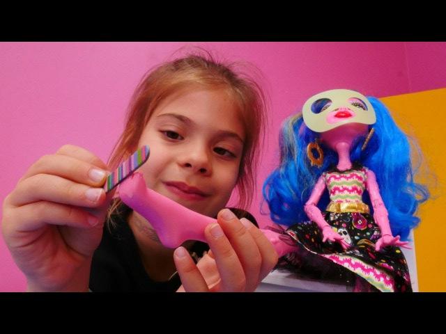 Monster High Gooliopeye pedikür yapıyoruz