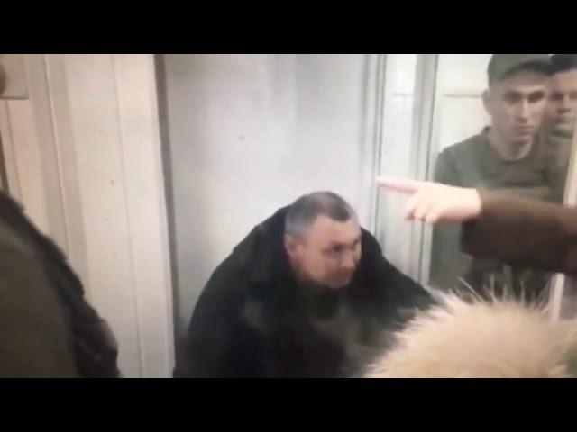 В мариупольском суде Парасюк ударил полицейского. Опубликовано: 4 дек. 2017 г.