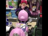 Вот так маленькая хитрюга Белла Марсо выпрашивает у папы мотоцикл