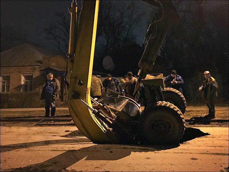 Оперативная информация от Водоканала о провалах асфальта и провалившемся экскаваторе. ВИДЕО