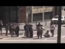 Wütende italienische Staatsbürger fangen einen marokkanischen Räuber - Wollen Ve