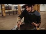 Парень играет на хэндпане в метро.