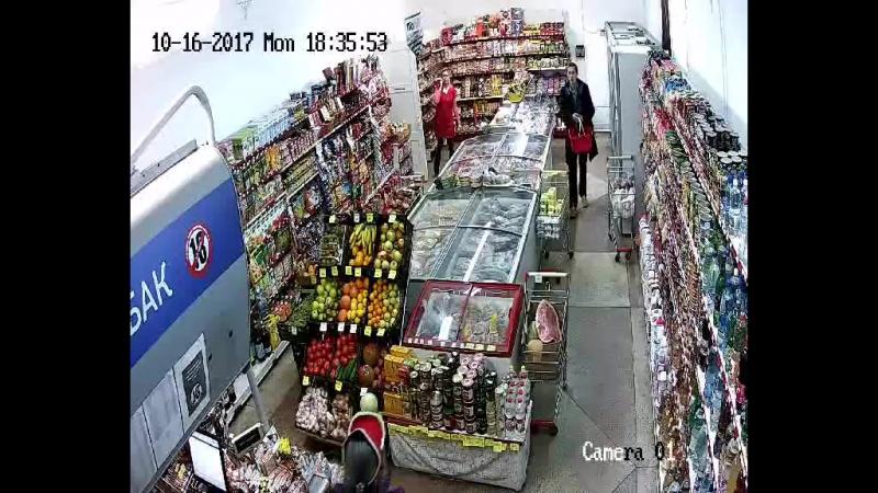 Двое мужчин в Витебске совершают крaжи продуктов питания из маленьких магазинов.