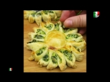 Fiori di pasta sfoglia con ricotta, spinaci, prosciutto e formaggio!
