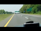 В США небольшой самолет экстренно сел на шоссе
