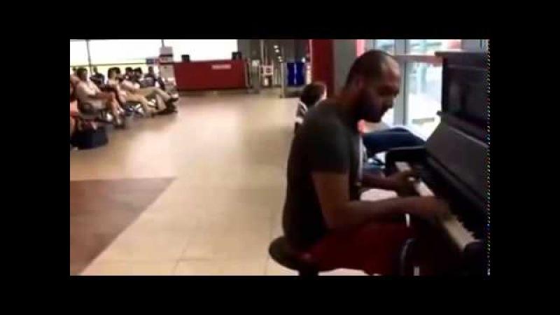 Парень Супер Играл на пианино в аэропорту