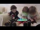 Triplets plays on tablet Дети смешно играют в планшет les enfants jouent une tablette