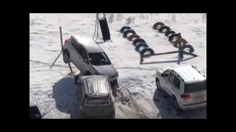 Разъяренный муж разнес машину жены и устроил погром на парковке
