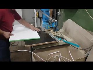 Процесс сверления отверстий для петель на фасадах
