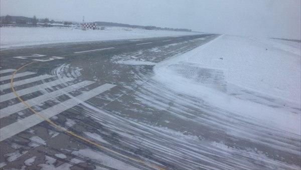 В Томском аэропорту самолет выехал за пределы взлетной полосы