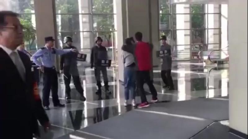 В Китае мужчина с тесаком взял в заложники женщину Как и положено азиатам вопрос решил мастер боевых искусств смотреть онлайн без регистрации