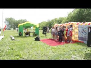 Старшенькая Валя с девочками на Дне села