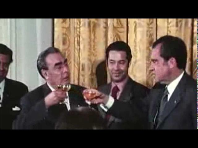 Л. И. Брежнев прикалывается 1., а может и шутит.