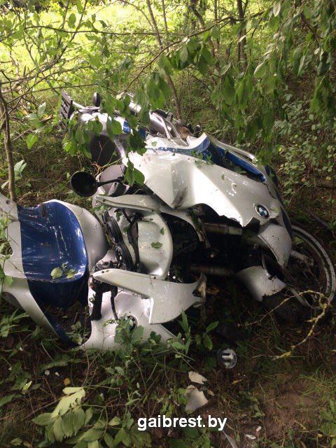 Мотоциклист на БМВ не справился с управлением, врезался в дерево и погиб