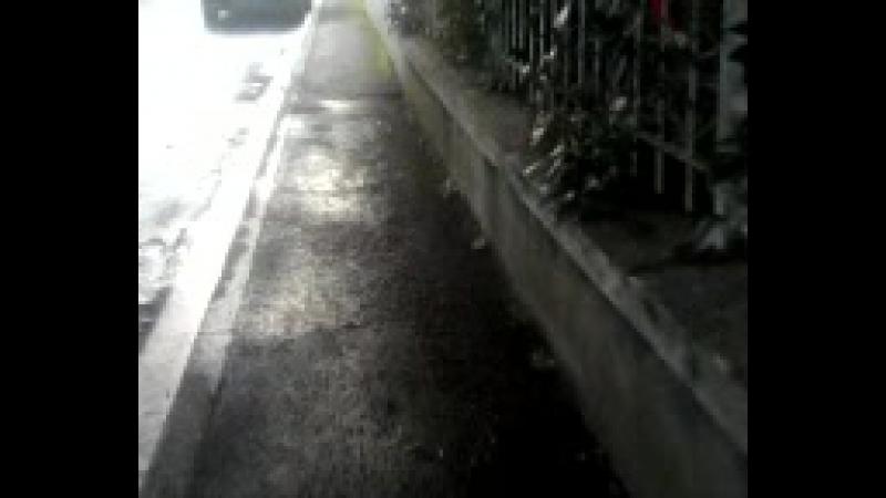 MOV0778A une voiture qui bloque le passage des piétons sur le trottoir