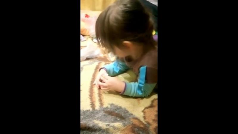 Элинка красит ногти