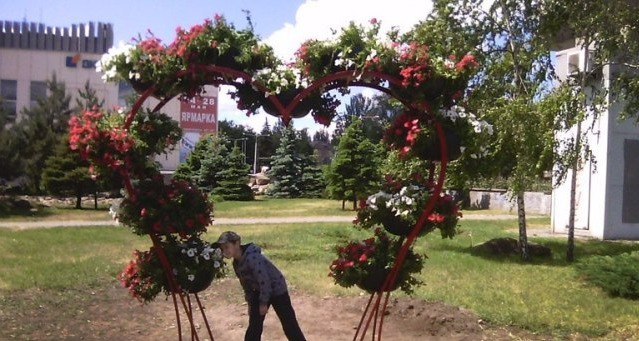 Запорожские улицы заполнили цветочные арки